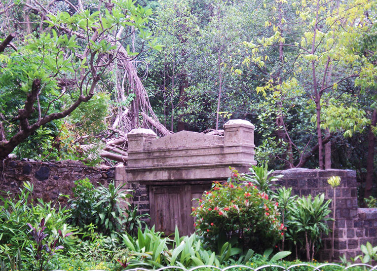 A serene resting place for the Parsi community. Image source: Wikipedia