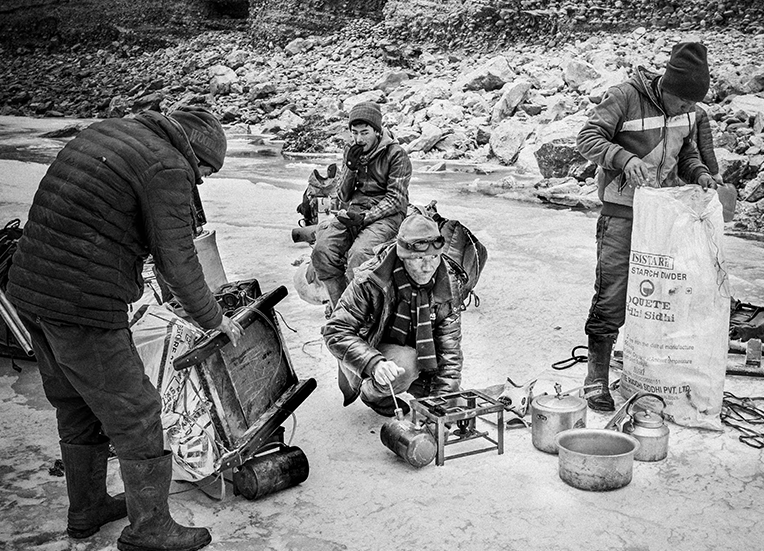 Porters stop to make tea